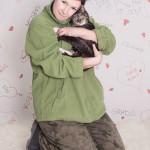 Monika Lendzion i Emilka. Na tym zdjęciu widać, że Monika ma w swoim serduchu miejsce dla wszystkich zwierzaków. Kotka Emilka nie miała jeszcze swojej sesji zdjęciowej do galerii, ale spokojnie ją znajdziecie w schronisku jeśli zechcecie dać jej dom.