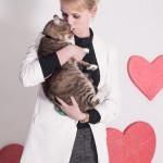 Mizu – Kacper (https://schroniskopromyk.pl/mizu/) Mizu potrzebuje dużo miłości. Dużo mądrej i świadomej miłości. Miłości takiej, która wybaczy, że jest FIV-pozytywny i będzie po świecie dumnie kroczyć z Mizu u boku, dumnie głosząc, że fivki żyją taką samą miłością, jak każdy inny kot.